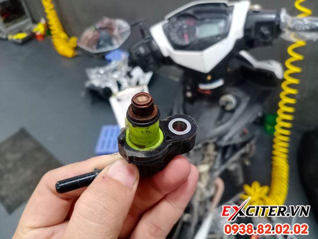 Vệ sinh kim phun xăng điện tử fi cho exciter 150 - 1